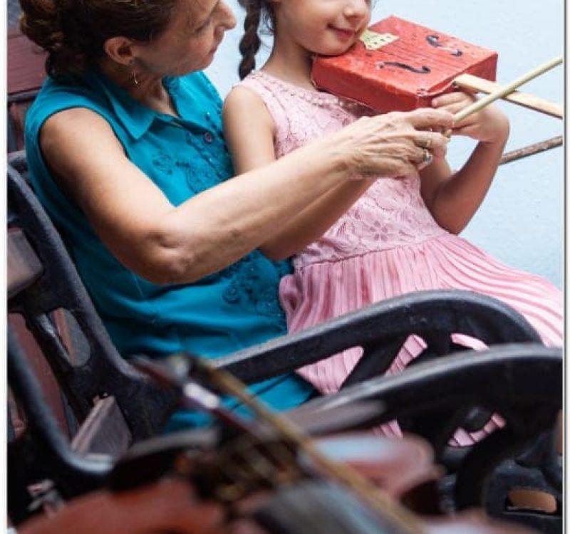 Foto-niña-y-abuela-Suzuki-02.jpg